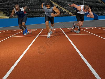 跑道上的短跑运动员图片