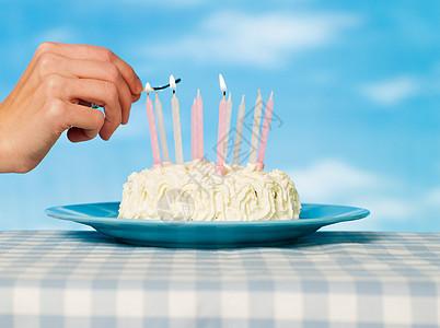 在蛋糕上点燃火柴的人图片