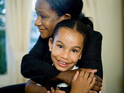 一位母亲抱着她的小女孩图片