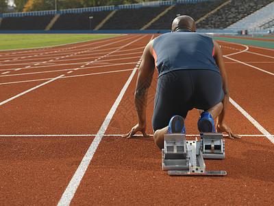 在短跑起跑线的男子图片
