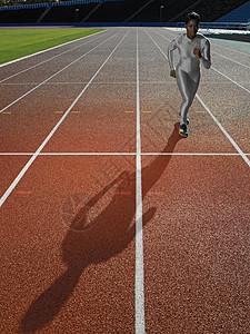 在跑道上的女选手图片