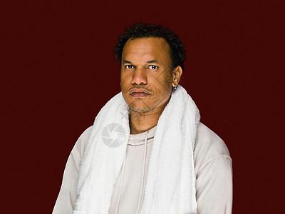 一个男人拿着毛巾的肖像图片