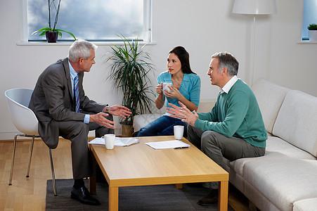 财务顾问与夫妇交谈图片