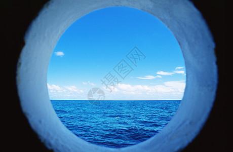 通过舷窗的大海图片