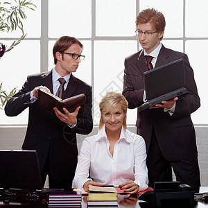 工作中的商务人士图片