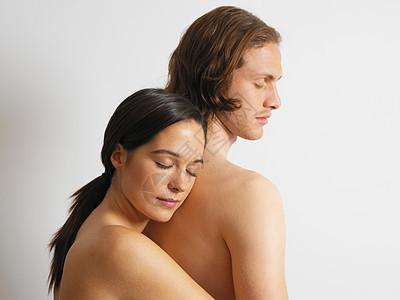 年轻夫妇拥抱图片