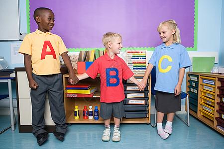 小学生牵着手图片