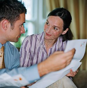 夫妻俩在计划财务图片