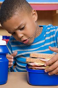 男孩看着饭盒图片