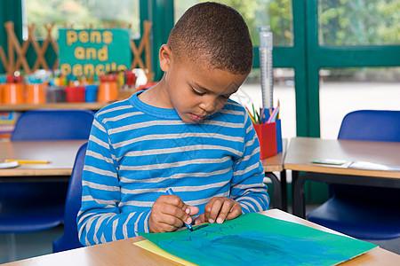 男孩在绘画图片