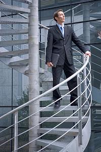在螺旋楼梯上的商人图片