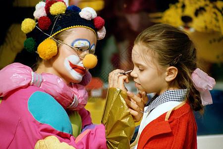 给女孩化妆的小丑图片