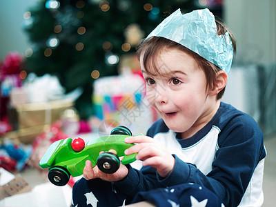 男孩打开圣诞礼物图片