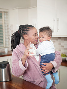 抱着男婴的母亲图片