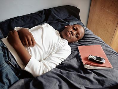 躺在床上的男孩图片