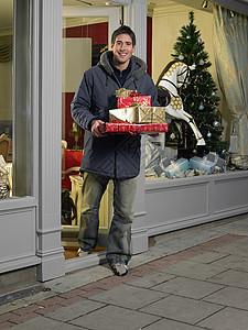 送礼物出门的人图片