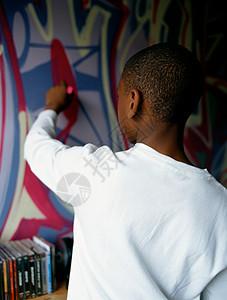 男孩在墙上涂鸦图片