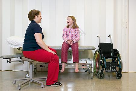 残疾女孩与母亲交谈图片