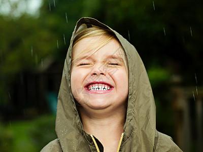 下雨时女孩的微笑图片