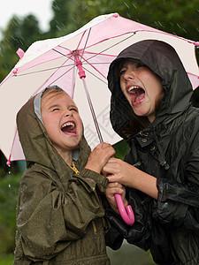 雨伞下的女孩在唱歌图片