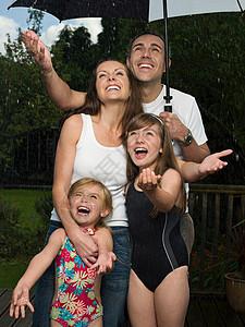 雨中伞下的一家人图片