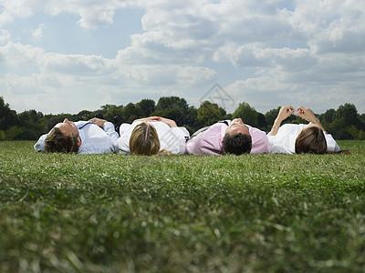 躺在地上的上班族图片