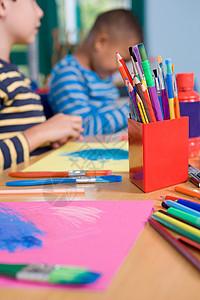 彩色铅笔和画笔图片