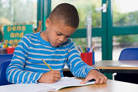 写作的男孩图片