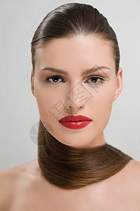 脖子上缠着头发的女人图片