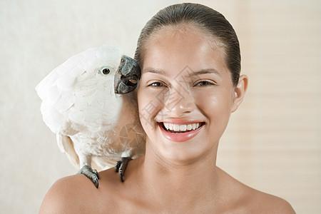 带着宠物鹦鹉的女孩图片