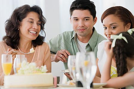 在吃饭的家人图片