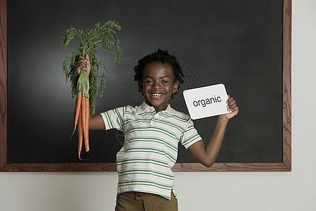 拿着胡萝卜的女孩图片