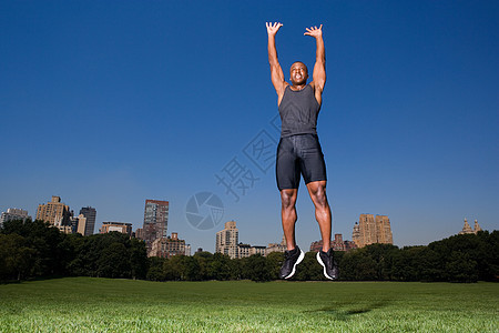 在公园里跳跃的人图片