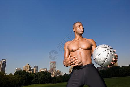 在中央公园打篮球的人图片
