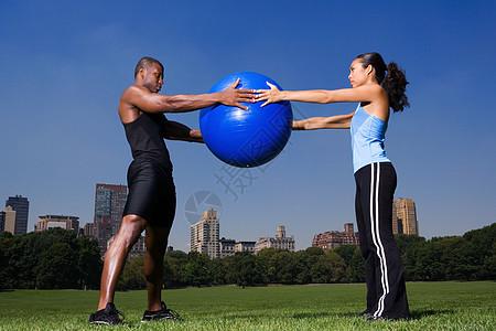 拿健身球的男女图片