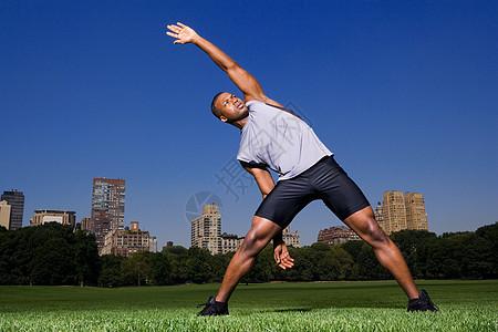 在公园里伸展身体的人图片
