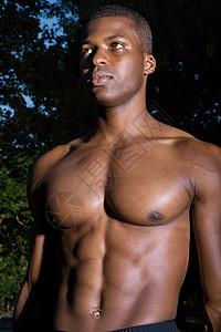 光着胸的男人图片