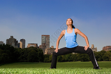 在公园里热身的女人图片