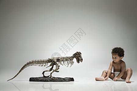 男孩和恐龙骨架图片
