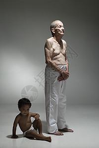 老人和幼儿图片