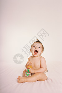 抱着奶瓶的婴儿图片