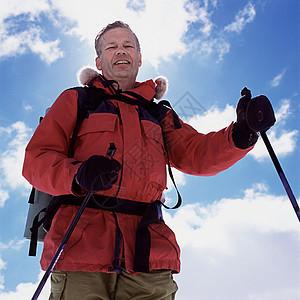 爬山的男人图片