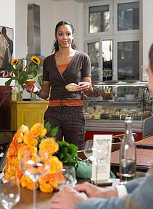 服务员把食物端到桌上图片