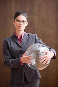 拿着充气球的女商人图片