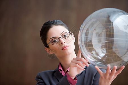 看充气地球仪的女人图片