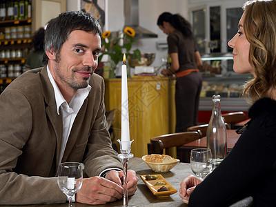 男人和女人坐在餐馆里图片