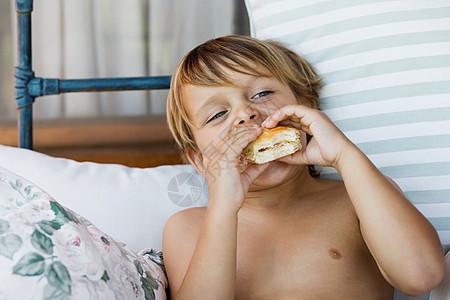 吃面包卷的男孩图片
