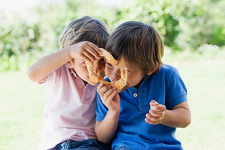 两个男孩分享点心图片