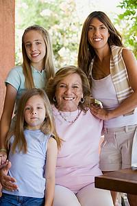 四位女性家庭成员图片