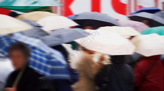 一群拿着雨伞的人图片